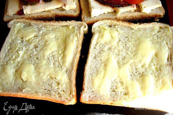 Берём ломтики хлеба, которые накроют наши бутерброды и смажем сверху сливочным маслом.
