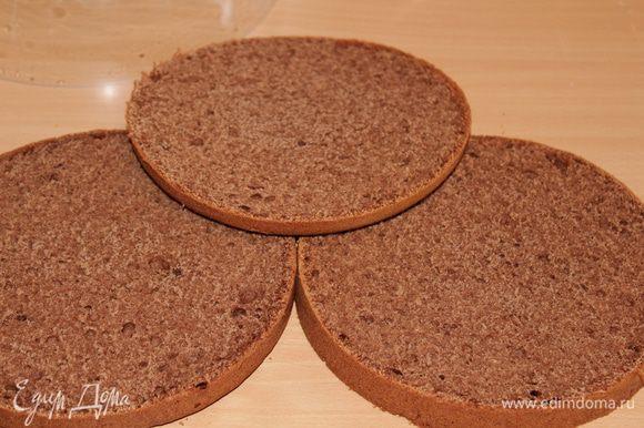 Остывший бисквит разрезать на 3-4 коржа (можно и больше).