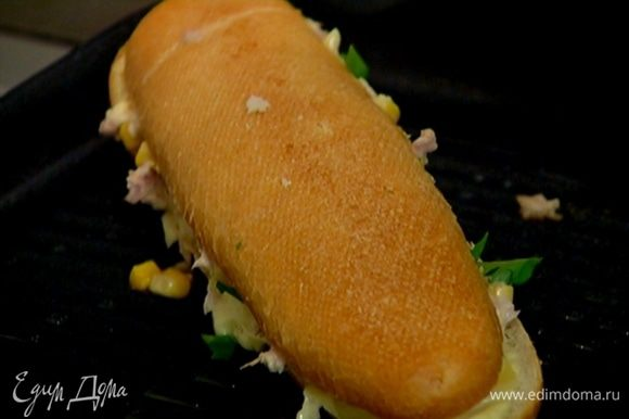 Разогреть в сковороде-гриль оливковое масло и выложить бутерброд из багета так, чтобы сыр оказался ближе к сковороде, придавить руками и обжаривать в течение 3 минут, затем перевернуть и обжарить с другой стороны.