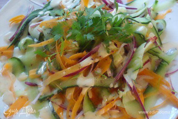 Пока кнедлики принимали свой окончательный вид, я полила салат приправкой.