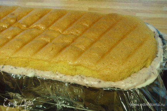 сверху второрую часть бисквита, немного придавливая ею остальные слои.