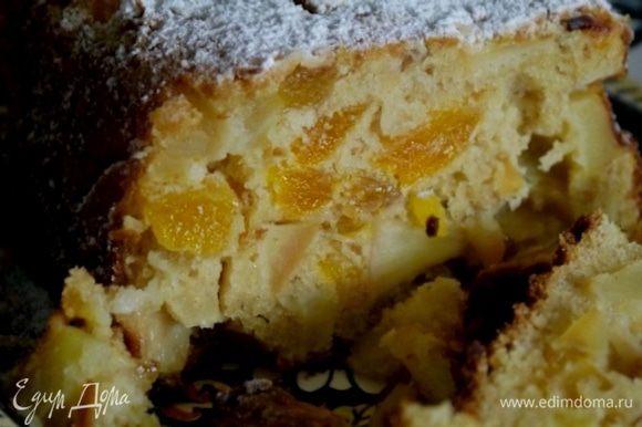 Готовый фруктовый хлеб остудить и посыпать сахарной пудрой.