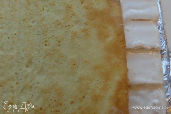 Когда страницы хорошо схватились между собой, оформить закладки. Смазать их и бока торта айсингом.