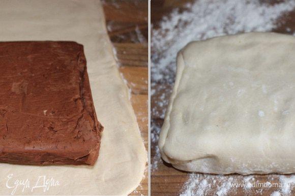 С вечера приготовить шоколадное масло. Для этого необходимо смешать размягчённое масло с просеянным порошком какао до однородного состояния. Переложить масло на пергамент, придать ему форму прямоугольника, хорошо завернуть и убрать в холодильник на ночь.