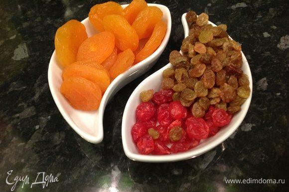 Подготавливаем наши фруктики-сухофруктики, тщательно моем и высушиваем салфеткой. Тем временем, пока тесто подходит, разогреваем эл. духовку до 200С, газовую до 180C