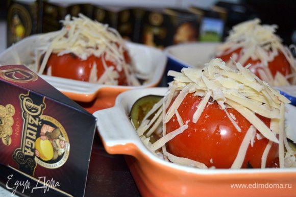 Сыр Джюгас 12 мес. натереть на крупной терке и щедро посыпать им помидоры. Запекать в разогретой до 200 гр.духовке 15 минут.