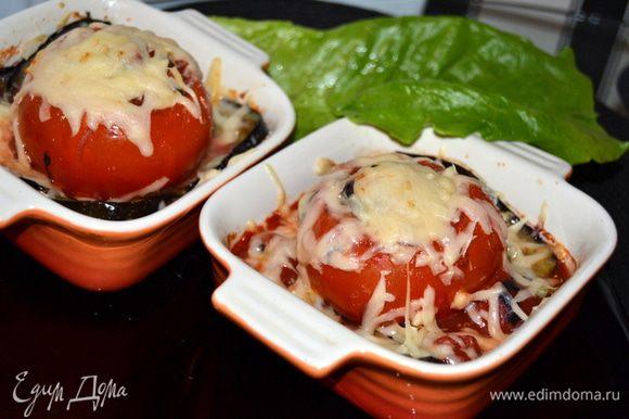 Подавать в порционных формах или на листьях салата.