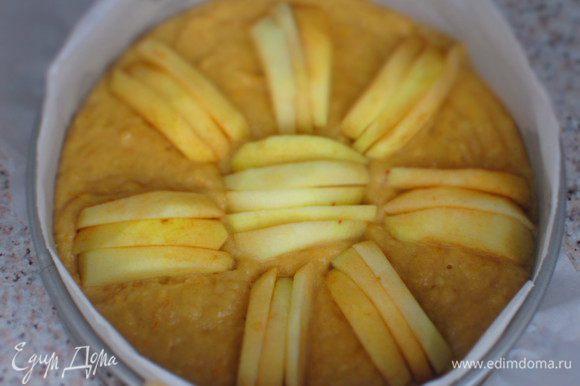 Вылить тесто в форму с пергаментом и сверху выложить оставшуюся часть яблок. Выпекать в разогретой до 180°С духовке 50 минут.