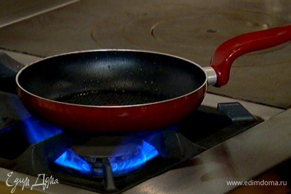 Разогреть в сковороде 1 ст. ложку оливкового масла.