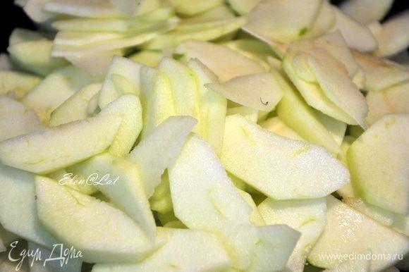Яблоки порежьте тонкими ломтиками, смешайте с сахаром и с небольшим количеством воды и ванильного сахара. Поджарить в сотейнике. Хорошо дать остыть.