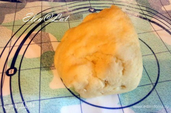 Из муки, сливочного масла, сахарной пудры, желтков, соли, цедры замесите тесто. Скатать в шар и убрать в холодильник на 1 час. Сливочное мало должно быть холодным, его я тру на терке!!!