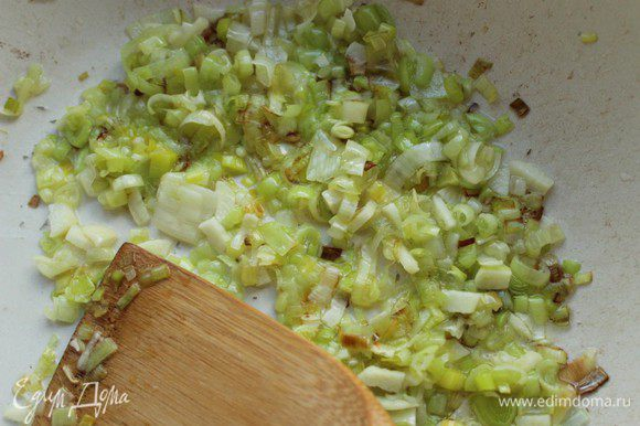 Внутренности мелко порубить и обжарить на оливковом масле вместе с измельченным чесноком.