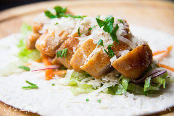 Сверху курицу и щедро присыпаем сыром и петрушкой. Можно добавить немного соуса из под курицы.