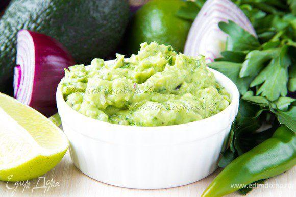 Смешать с авокадо все что измельчили, добавить соль, сок лайма и молотый перец.