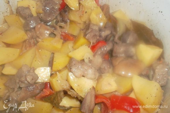 Картофель нарезать кубиком, добавить в кастрюлю. Добавить сливки, посолить и тушить под закрытой крышкой до готовности картофеля...