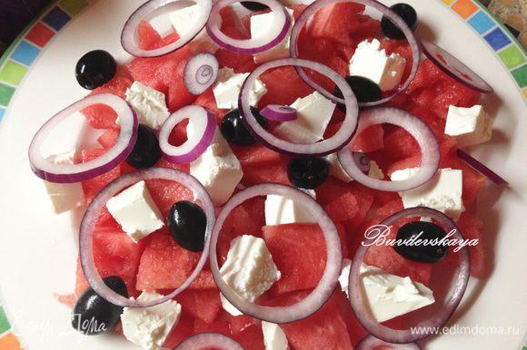 Фету нарезать кубиками (примерно 1 см на 1 см). Выложить сверху на арбуз, затем выложить маслины и лук. Полить оливковым маслом и бальзамическим соусом. С тимьяна снять листики и посыпать салат сверху. ENJOY !