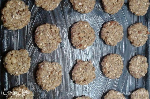 Чайной ложкой набирать тесто размер - грецкий орех - выложить на пергамент смазанный слив. маслом оставляя расстояние между печеньем, чуть приплюснуть. Выпекать при 180 гр. 20 минут. Готовое печенье остудить на решетке.
