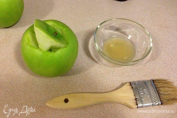 Врезаем из яблочка отверстие с черенком. Я держу на готове немного сока лимона или лайма и смазываю яблочко, чтобы оно не темнело. Выркзать я блоки я конечно детям не даю. Но пока я из вырезаю, они делают крем, что тоже интересно. Вырезать формочки - это наверное самое сложное в этом рецепте, надо приноровиться. Я орудую маленьктм ножом и десертной ложечкой, чтобы выскоблить его изнутри. Если у вас есть опят с вырезанием тыквы на хеллоуин - проблем не будет. Главное не проткнуть яблоко в процессе, т.к. тогда из него потом выльется желе, не застыв.