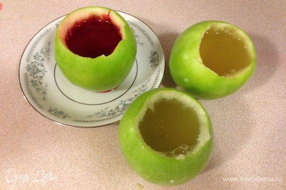 Для разнообразия и на радость детям можно добавитть краситель или залить разноцветное фруктовое желе в другие яблоки. Ставим в холодильник застывать на 1-2 часа.