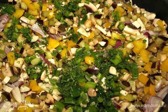 В сотейнике разогреть две столовые ложки оливкового масла. Баклажаны промыть, отжать и отправить в сотейник вместе с болгарским перцем, луком, грибами и одной половиной зелени с чесноком. Перемешать и тушить 15 минут.