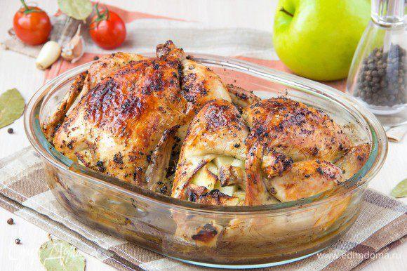 Положить цыплят в форму, добавить 100гр воды и бросить в воду лавровый лист для аромата. Поставить запекаться в духовку при температуре 200С на режиме верх+низ на 40-50 минут.