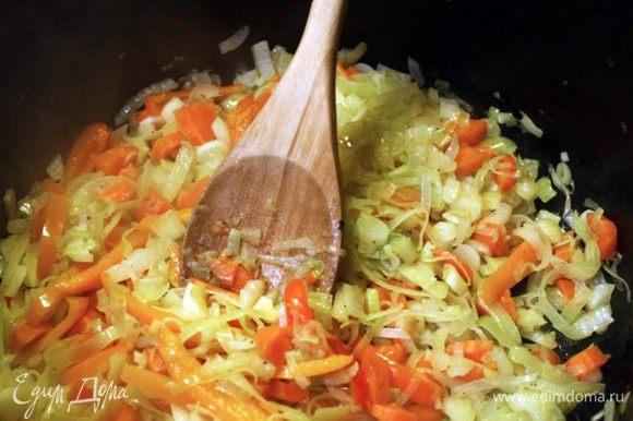 Лук тонко нарезаем и обжариваем до мягкости в кастрюле с толстым дном с небольшим количеством масла. Сюда же добавляем нарезанный кольцами стебель сельдерея, морковь, затем мелко порезанный чеснок, специи. Добавляем вино и готовим несколько минут, пока основная часть жидкости не испарится.