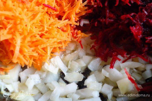 Добавить к луку свеклу и морковь. Накрыть крышкой и протушить до готовности. Снять с огня, остудить.