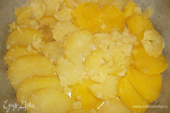 Картофель очистить и нарезать колечками (не тонко, где-то по 5 мм). В смазанную растительным маслом форму выложить один слой картофеля (стараясь поплотнее). Немного присолить (вообще все зависит от солености брынзы, у меня была не сильно соленая, так что я начинку не солила, а только немного картофельные слои)...