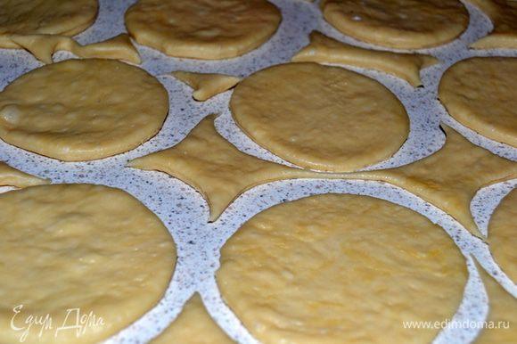 Дрожжи развести в теплом молоке.Яйцо взбить с солью.Добавить муку и влить молоко с дрожжами.Замесить тесто и оставить на 30 мин.При вымешивании теста я смазываю руки растительным маслом,так тесто не прилипает к рукам и нет никакой возможности пересыпать муки.Затем раскатать и вырезать заготовки для шпеккухенов.