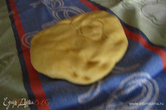 Отдохнувшее тесто выложить на ткань, немного раскатать.