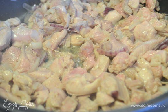 Добавляем к луку мясо и обжариваем все вместе еще 10-15 минут.
