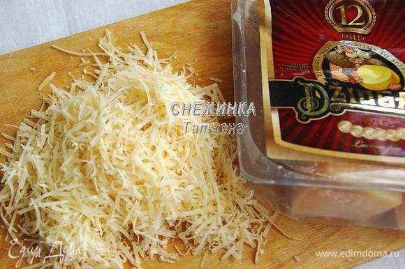 Для клёцок натираем сыр Джюгас на тёрке в мелкую стружку. Немного оставляем для посыпания супа после приготовления.