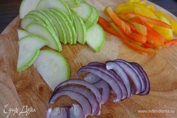 Овощи вымыть, очистить лук. Кабачок и лук нарезать тонкими полукольцами, перец нашинковать тонкой соломкой.