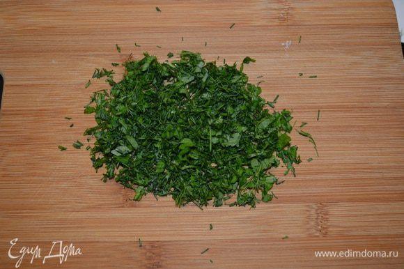 Зелень мелко порубить.