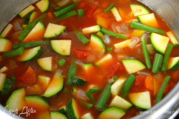 По истечении указанного времени добавить в кастрюлю фасоль и цукини. Аккуратно перемешать и дать провариться еще 3 минуты. Проконтролировать суп на соль и перец. Желающие на этом этапе могут добавить в суп несколько капель соуса Табаско.
