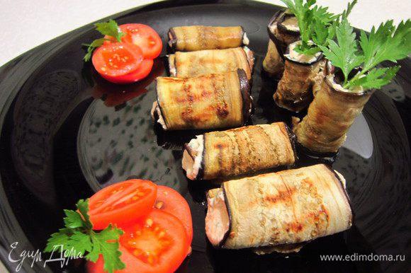 Рулеты выложить на блюдо, украсить помидорками черри и петрушкой. Приятного аппетита!