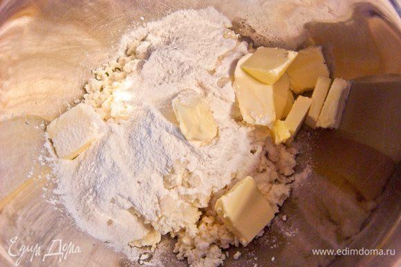 Творог перетереть через сито, добавить сахарную пудру и размягченное сливочное масло. Тщательно все перемешать.