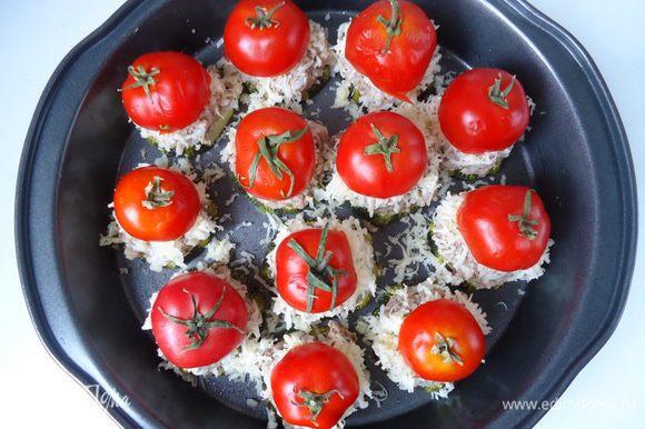 На кольца кабачка выложить сначала рыбный фарш, затем сыр и сверху прикрыть томатами. Отправить опять в духовку на 5 – 7 минут, пока не расплавится сыр.