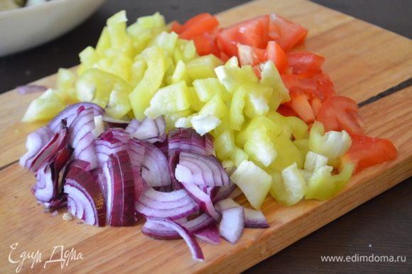 Пока баклажаны настаиваются, помыть все остальные овощи и нарезать их: лук полукольцами, чеснок и чили мелко нарубить, помидор и перец нарезать на кубики.