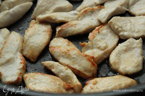 Зубчик чеснока мелко нарезать. Разогреть оливковое масло и положить туда чеснок и кусочки мяса. Обжарить на сильном огне в течение 2 минут.
