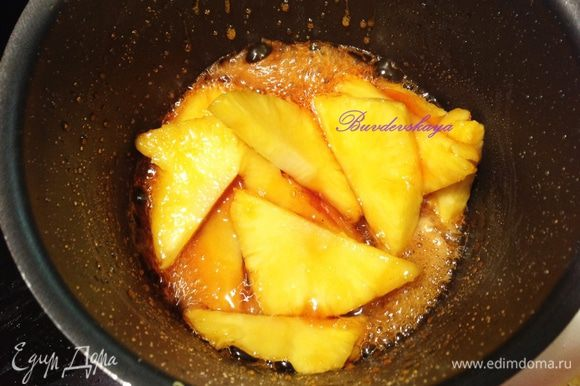 В сотейник или сковороду насыпаем сахарный песок и добавляем воду, варим на среднем огне карамель. Опускаем в карамель дольки ананаса на пару минут, затем вынимаем их.