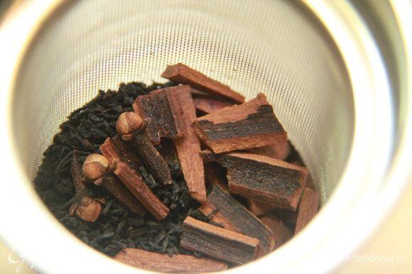 В сито положить чай, гвоздику, корицу (кусочки), положить чай в сите в чайник. Залить кипятком и настаивать 10 минут.