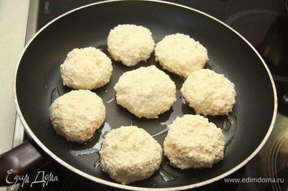 Сформировать шары. У меня получилось 8 штук. Выложить сырники на разогретую сковороду и обжарить в масле по 3 минуты с каждой стороны. Накрыть крышкой и оставить прогреться ещё минут 5.