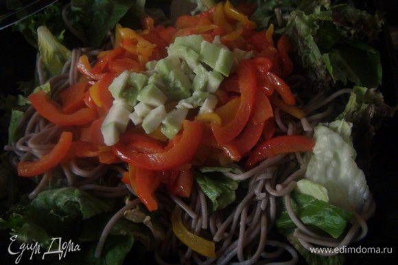 Смешиваем ингредиенты салата, добавляем нарезанное авокадо и заправляем соевым соусом.
