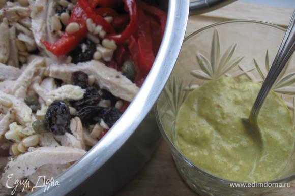 Смешать йогурт, Рас-эль-ханут, кунжутную пасту, добавить соус к курице и паприке, пере мешать. Приятного аппетита!