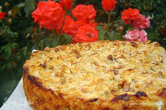 Пирог получается сочным, вкусным и очень яблочным!