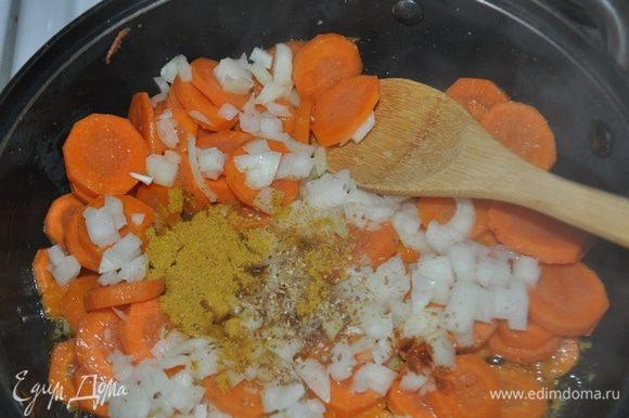 В сотейник положить сливчное масло и растопить. Добавить морковь, очищенный и мелко наезанный лук, кориандр, острый перец, карри, посолить и, периодически помешивая, подержать на небольшом огне в течение 10-15 минут.