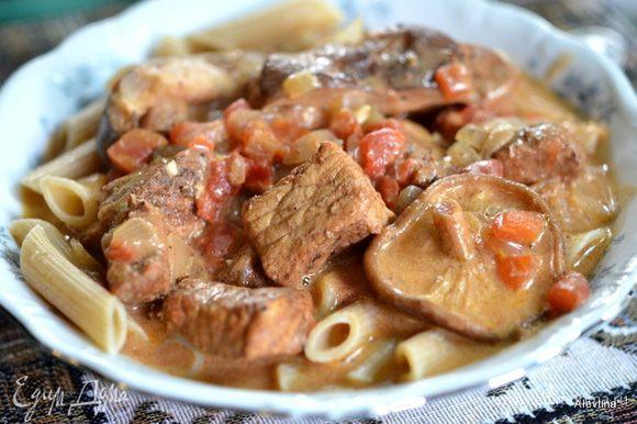 Перед подачей добавляем сметану 2/3 стакана, перемешиваем и подаем с гарниром: рис или паста. Приятного аппетита.