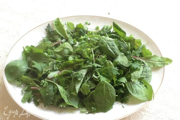 Зелень помыть, просушить и разложить на блюде. Посыпать петрушкой и зеленым луком . Отложить в сторону.