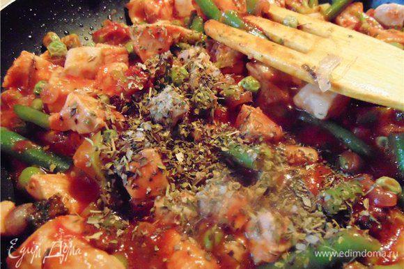 После того как томатная паста хорошо размешалась добавляем соль, сахар и прованские травы...не много черного молотого перца....тушим минут 5-7 не забывая постоянно помешивать.